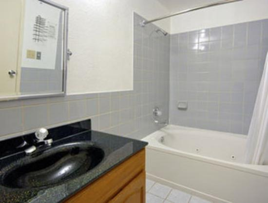 Super 8 San Francisco/Near the Marina: Jacuzzi Suite with Micro/Fridge