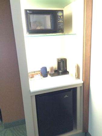 SpringHill Suites Cincinnati Midtown: Fridge & Microwave