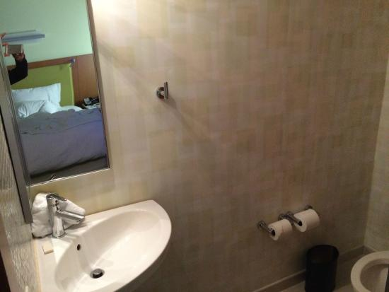 SpringHill Suites Cincinnati Midtown: Bathroom - Toilet/2nd Sink Room