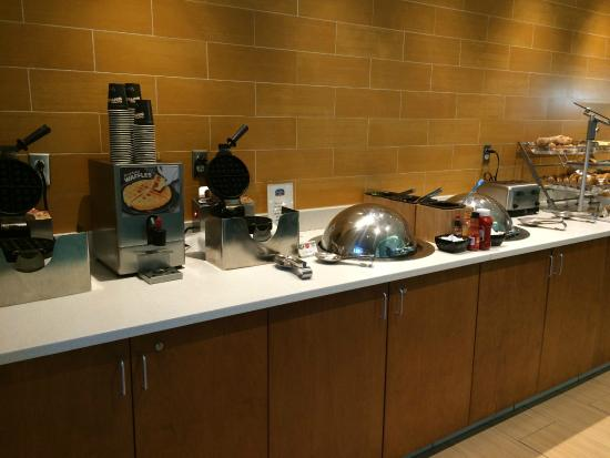 SpringHill Suites Cincinnati Midtown: Breakfast Buffet with Hot Items