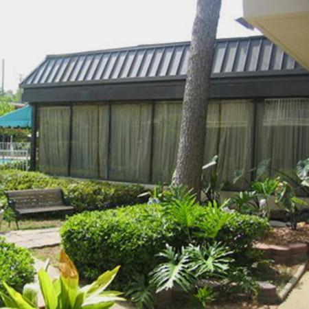 Columbus Inn & Suites: Courtyard View