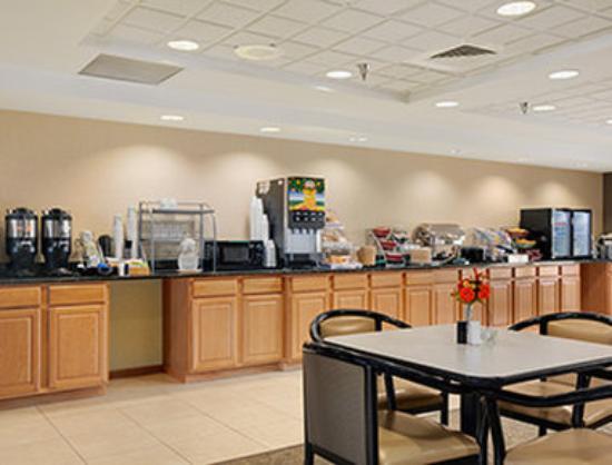 Wingate by Wyndham Pueblo : Breakfast Area