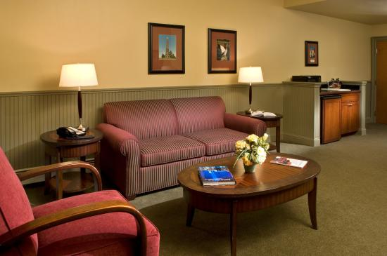 Longfellows Hotel, Restaurant, and Conference Center: Lower Level King Suite