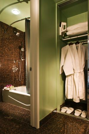 Carousel Inn and Suites: Bathroom
