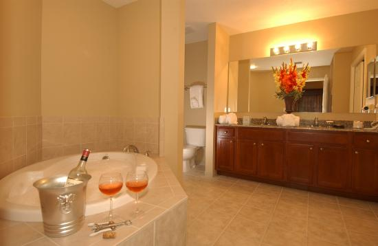 WorldQuest Orlando Resort: Master Bath A