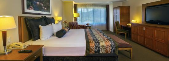 Pala Casino Resort and Spa: Deluxe Room King Bed
