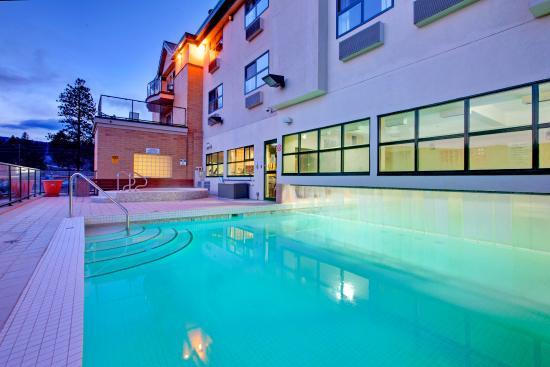 Holiday Inn West Kelowna: Swimming Pool is a combination indoor/outdoor salt water pool