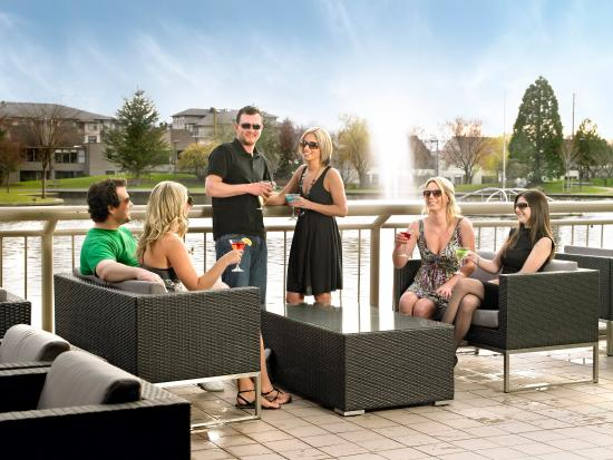 Coast Chilliwack Hotel: Prestons Patio