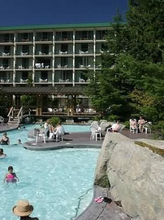 Harrison Hot Springs Resort & Spa: Outdoor Hot Pool Daytime