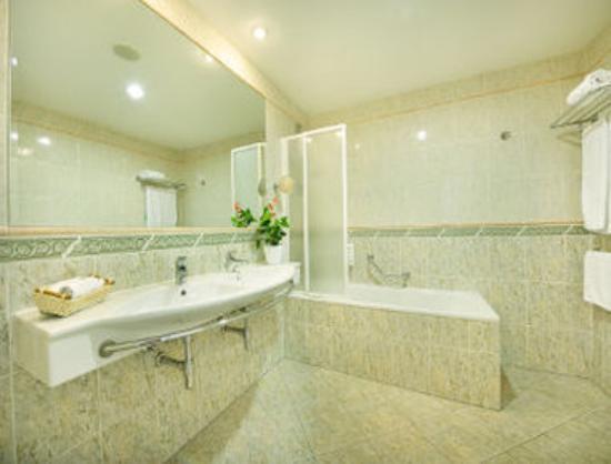 Ramada Prague City Centre: Bathroom