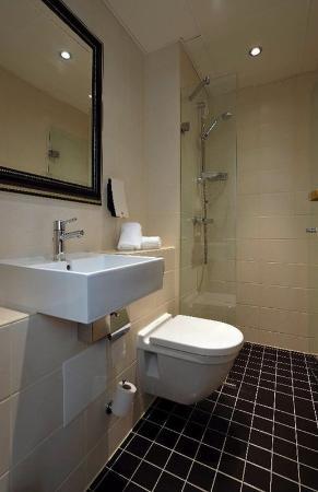First Hotel Mayfair: Bathroom