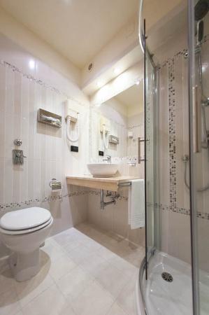Flora Hotel: Bathroom