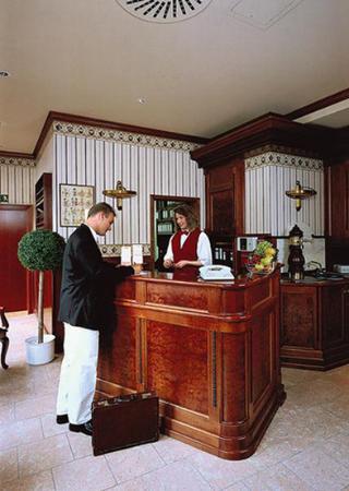 Georghof Hotel Berlin: Reception Desk