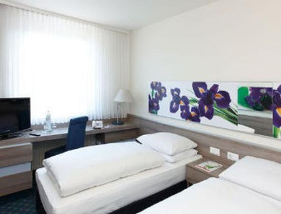 H+ Hotel Frankfurt Airport West: Two Twin Beds Room