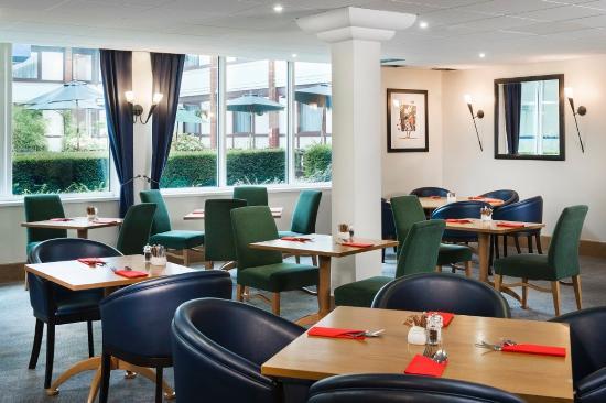Park Inn by Radisson Harlow: Restaurant
