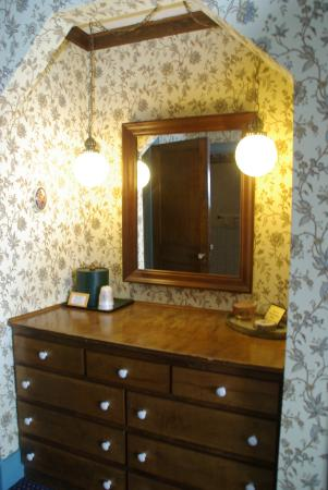 Hague, Nowy Jork: dresser and mirror