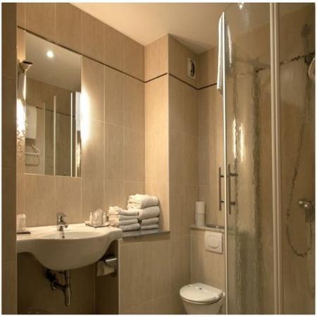 Kyriad Sete - Balaruc : Bathroom