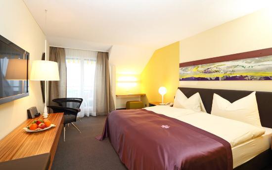 Kastanienbaum, İsviçre: Superior twin bedded room - lakeview with balcony