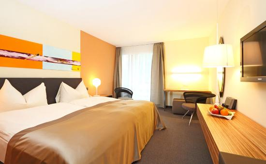 Kastanienbaum, İsviçre: Moderate twin bedded room - mountain view with bal