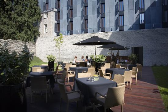 Hotel Telegraaf : Having a drink in the courtyard