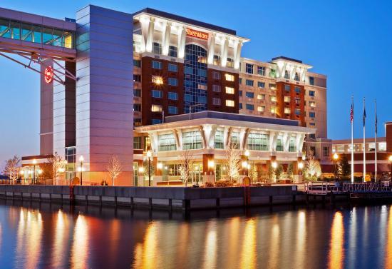 Sheraton Erie Bayfront Hotel: Exterior At Dusk
