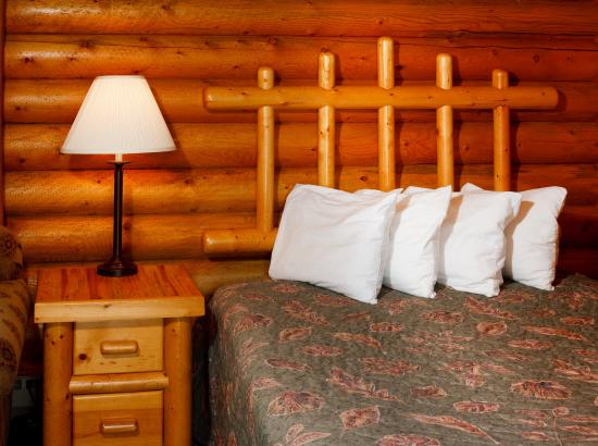 Cowboy Village Resort: Single Queen Cabin with Kitchenette