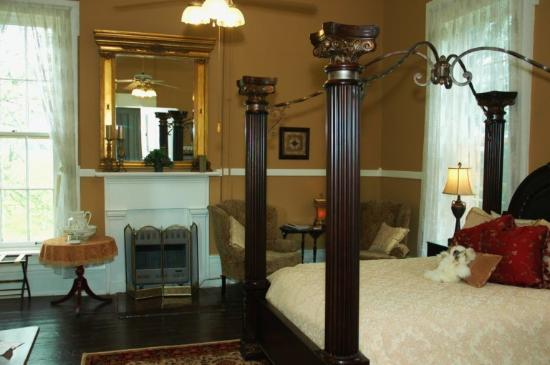 1851 Historic Maple Hill Manor Bed & Breakfast : Roberts Room