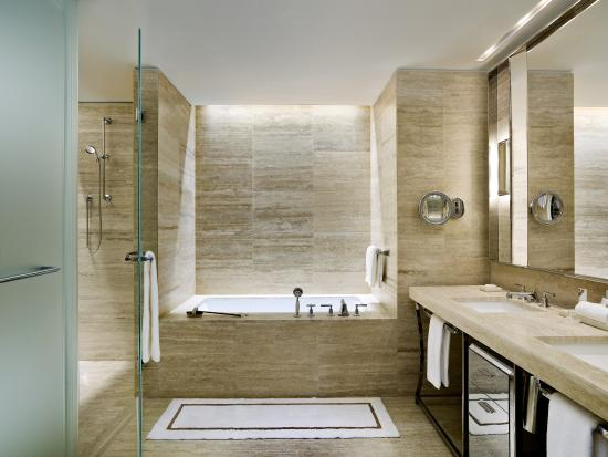 The St. Regis Bal Harbour Resort: Guest Bathroom