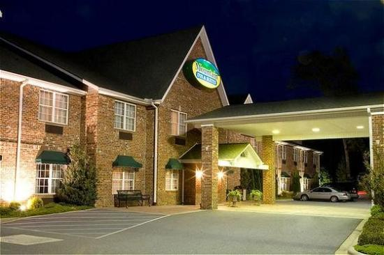 Mountain Inn & Suites: Exterior View