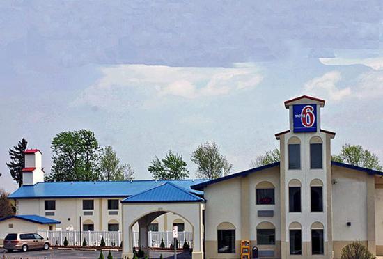 Motel 6 Urbana: MExterior