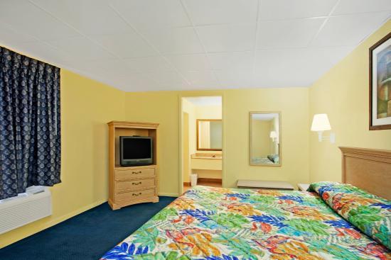 La Bella Inn: One King Bed 2.jpg