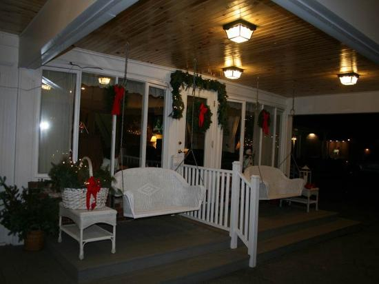 Vacationland Inn: Front Porch