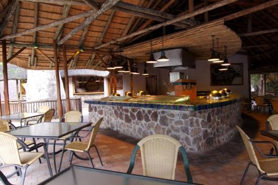 Cresta Mowana Safari Resort and Spa: Restaurant