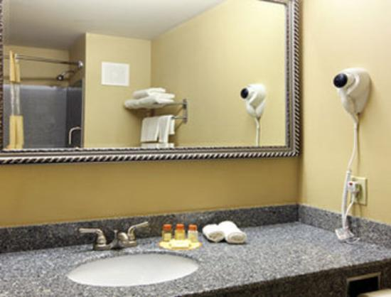 Days Inn & Suites Jeffersonville IN: Bathroom