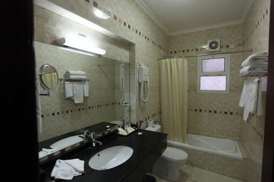 Azaiba, Umman: Executive Suite Bathroom