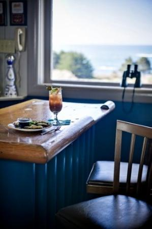 Little River Inn: Bloody Mary and Mussels at Ole's Whale Watch Bar