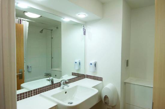 Premier Inn Manchester City Centre (Arena/Printworks) Hotel: Bathroom