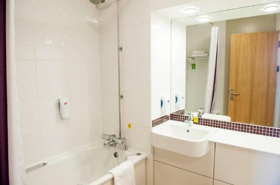 Premier Inn Milton Keynes Central Hotel: Bathroom