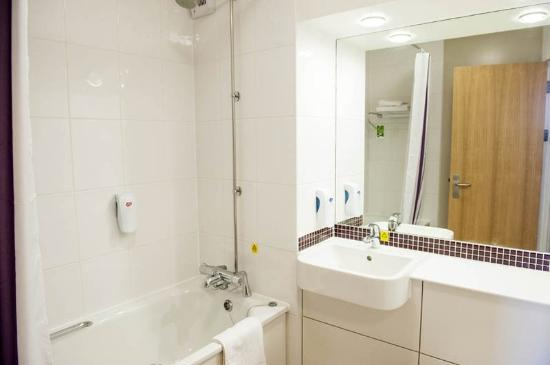 Premier Inn Ipswich South Hotel: Bathroom