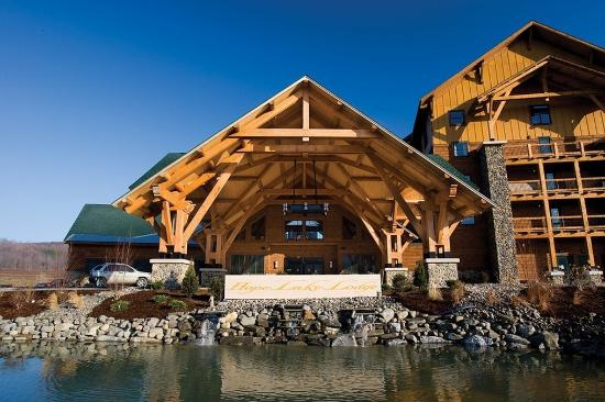 Hope Lake Lodge & Conference Center: Hope Lake Lodge Entrance