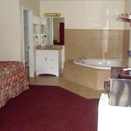 The Whispering Pines Motel: Whispering Pines Motel Bed Jacuzzi