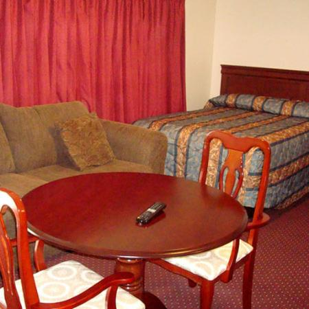 White Stone, VA: Whispering Pines Motel Bed