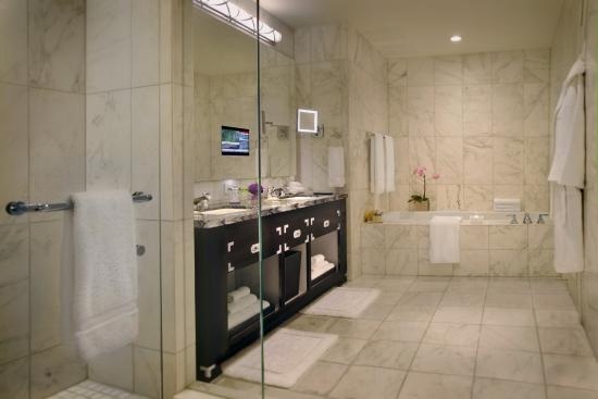 Trump International Hotel & Tower Toronto: Guest Bath