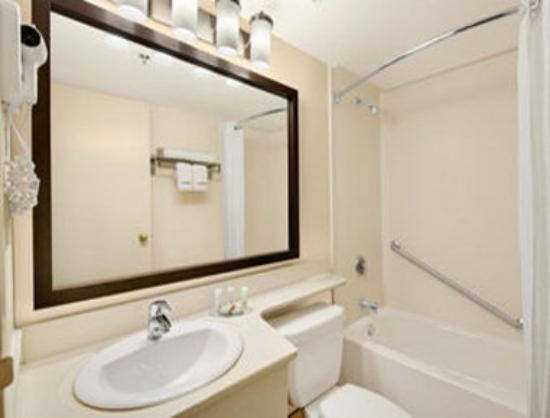 Travelodge Suites Halifax Dartmouth: Bathroom
