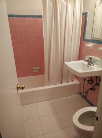 Geneva Hotel & Suites: smelly bathroom
