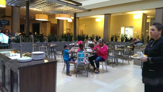 Embassy Suites by Hilton Dallas - Market Center: Dirty tables
