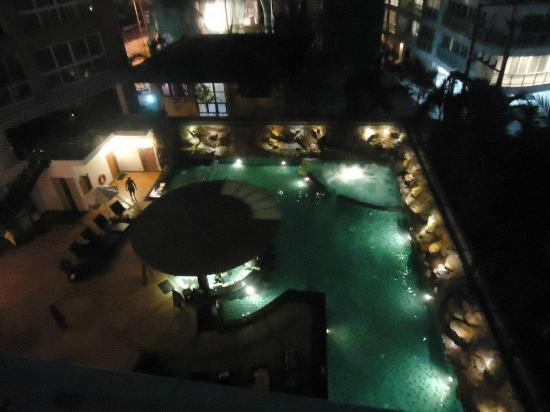 Centara Nova Hotel & Spa Pattaya: Pool bar during night