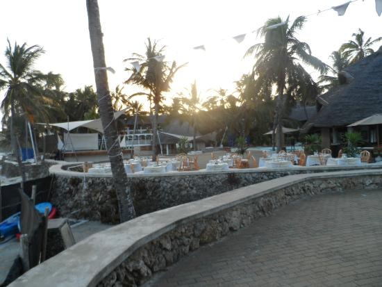 Hemingways Resort: Places set before dinner, at sunset.