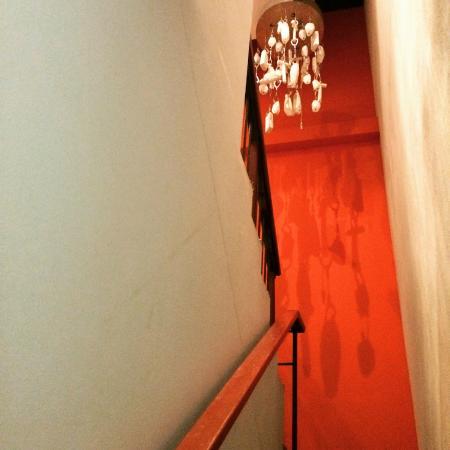 โฮเต็ล ลามูนุ: Stairwell from from the parking garage up