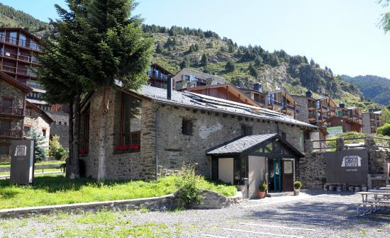 Mountain Hostel Tarter: Entrance, terrace and BBQ